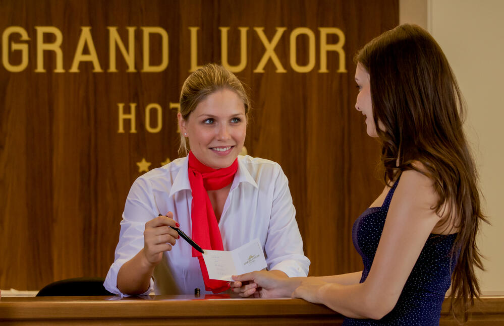 recepción hotel grand luxor benidorm